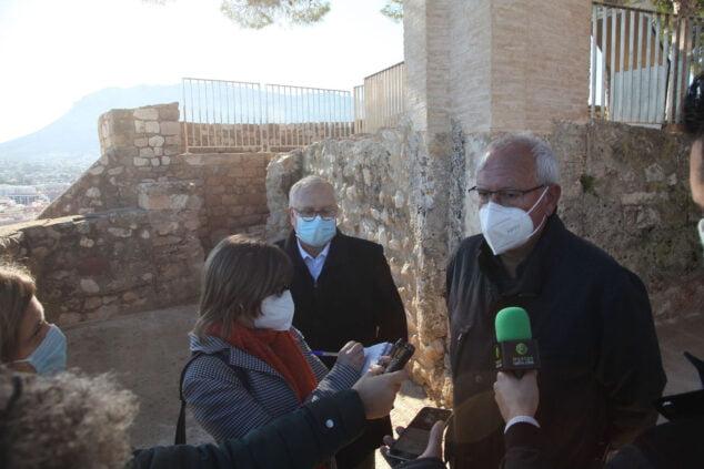 Imagen: Vicent Grimalt explica el proyecto del Verger Alt del Castillo de Dénia
