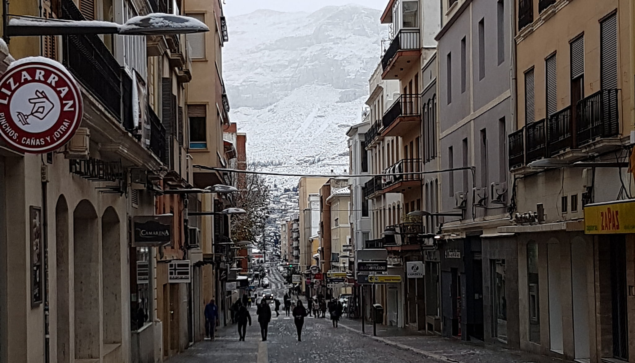 Calle Diana with the snowy Montgó in the background during the snowfall of 2017