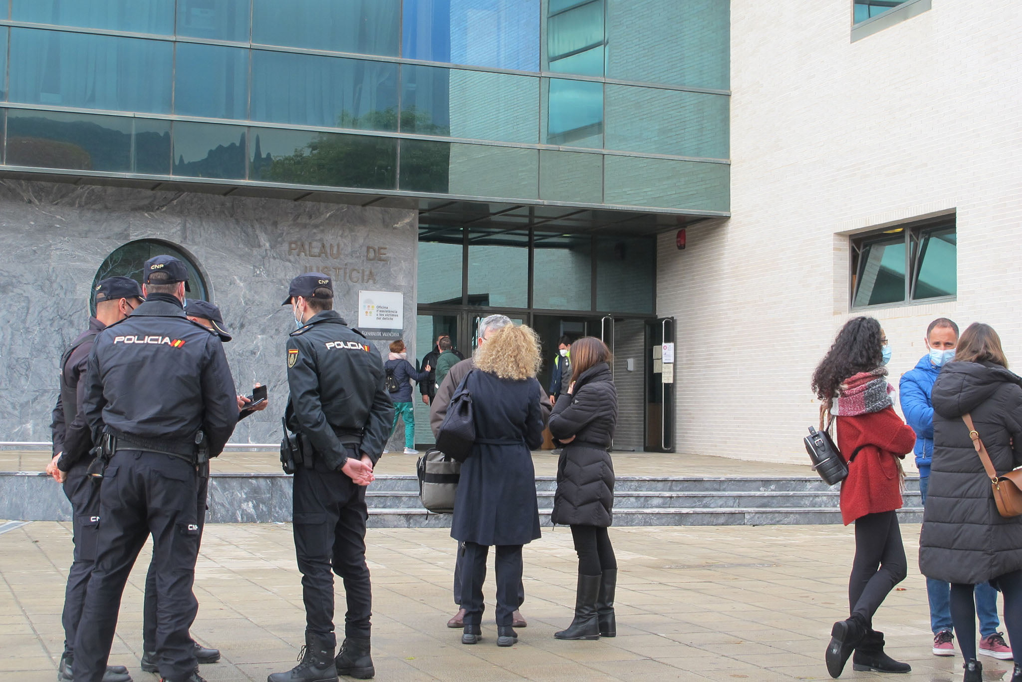 Evacuees after noting the damages of the courts