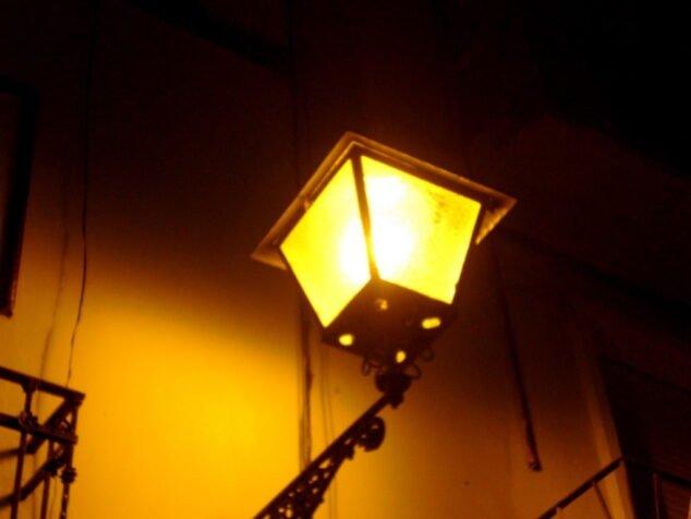 Immagine: lampione Dianense illuminato
