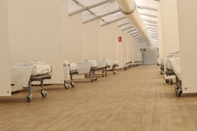 Hôpital de campagne pour référer les patients COVID