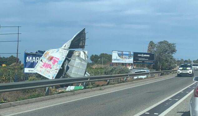Imatge: La caiguda d'un cartell pel vent provoca retencions a l'entrada de Dénia