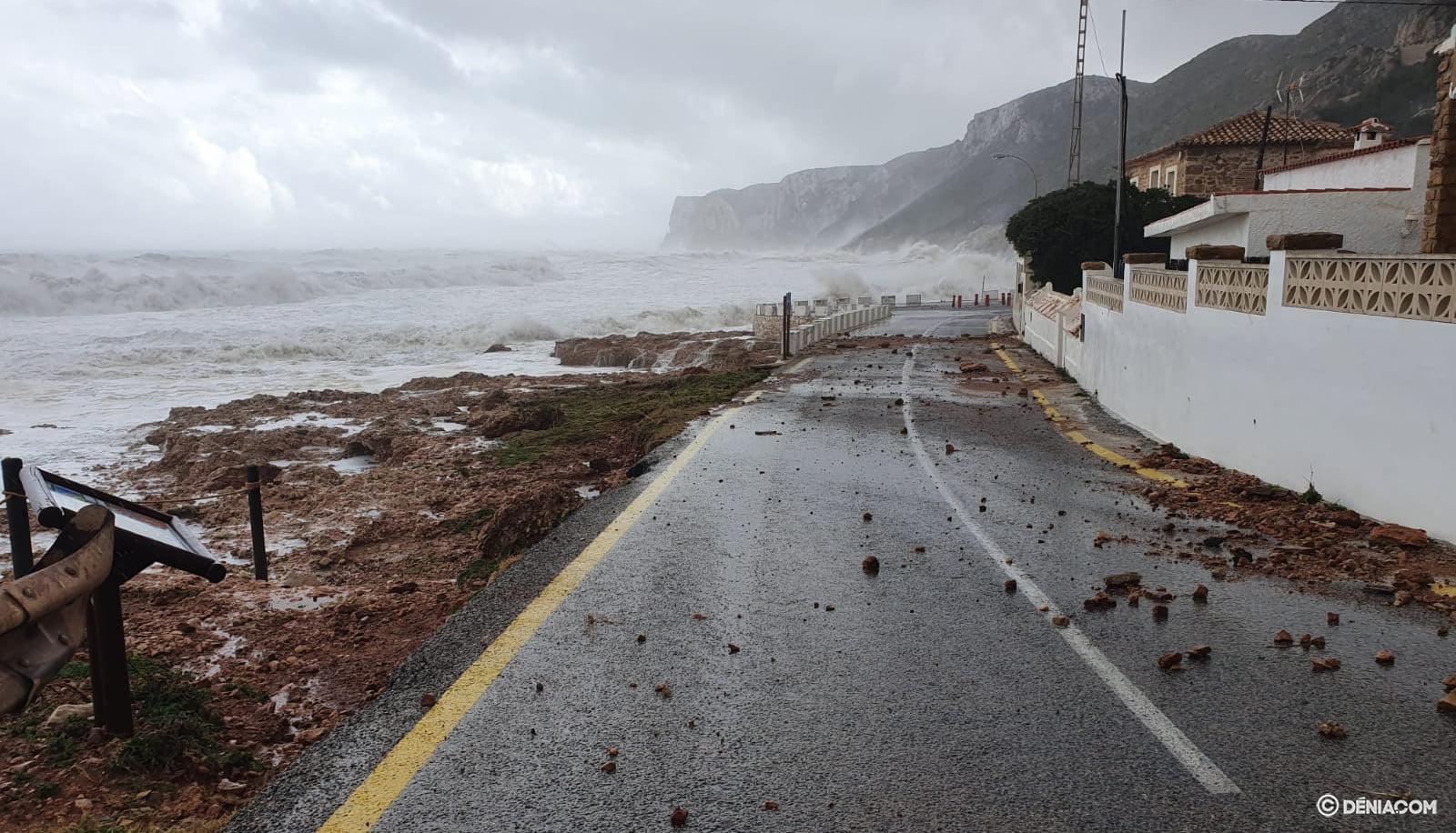 Les roches envahissent la route