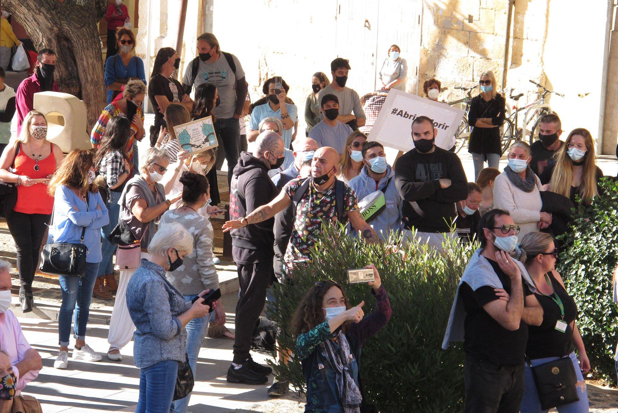 Des manifestants devant l'hôtel de ville
