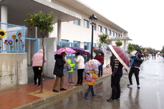 Image: Parents picking up their children for the first time at La Xara school