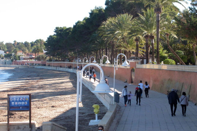 Image: Paseo de la Marineta plein de monde un dimanche