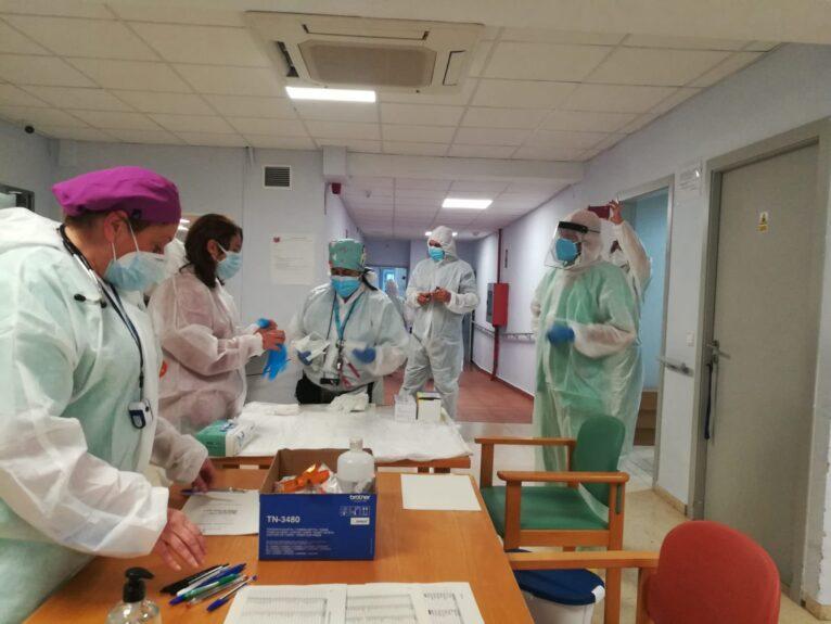 Le personnel de l'hôpital de Dénia prépare les doses lors de la vaccination des agents de santé du centre