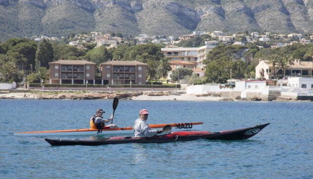 Imagen: Piragüistas frente a la costa dianense