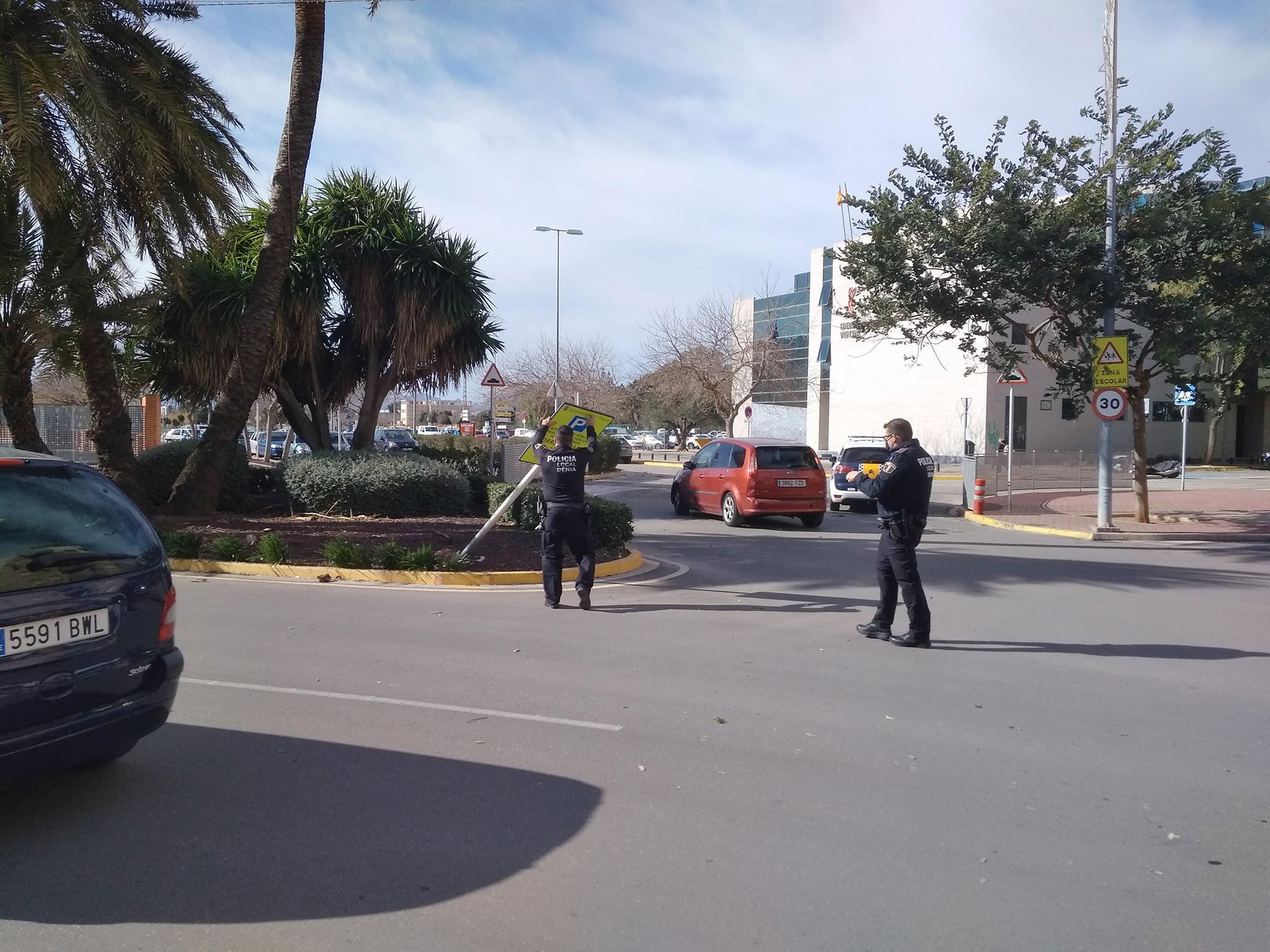 La police locale réparant des affiches tombées