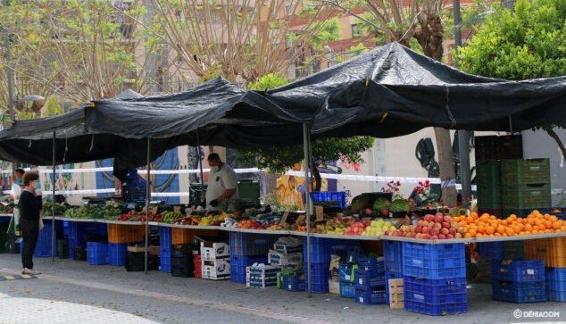 Image: Étal de marché de fruits et légumes en plein air