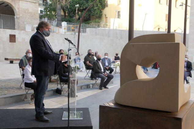 Image: Rafa Carrió, porte-parole de Compromís, dans son discours à l'hommage aux agents de santé et aux victimes du COVID-19