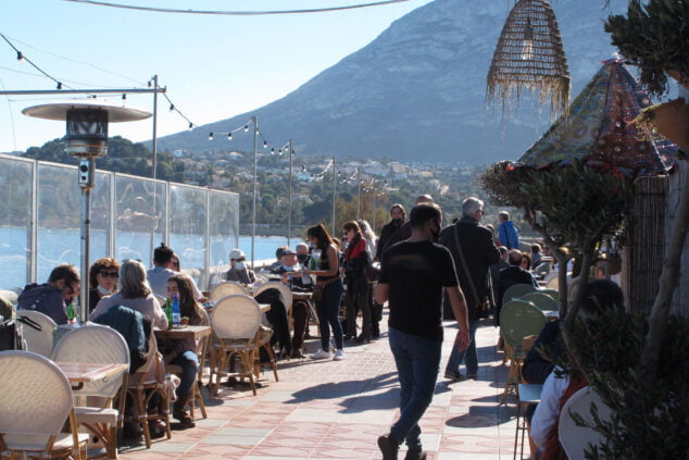 Image: Terraces full during the first day of high temperatures of the year