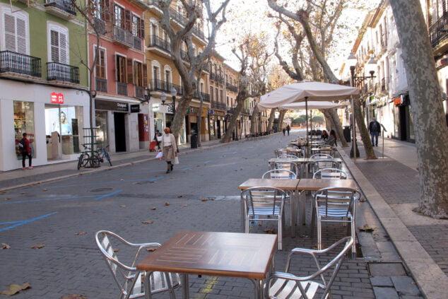 Afbeelding: Voorbijgangers en lege terrassen in Marqués de Campo