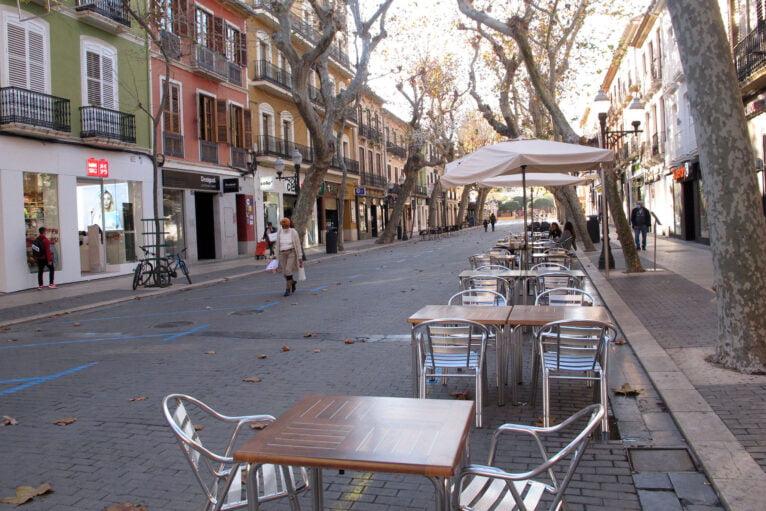 Transeuntes y terrazas vacías en Marqués de Campo