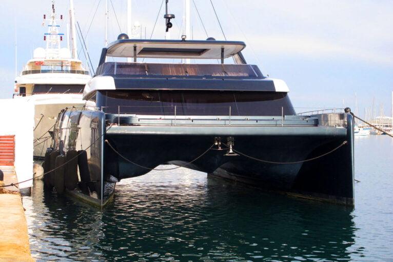 Vue de face du catamaran de Rafa Nadal