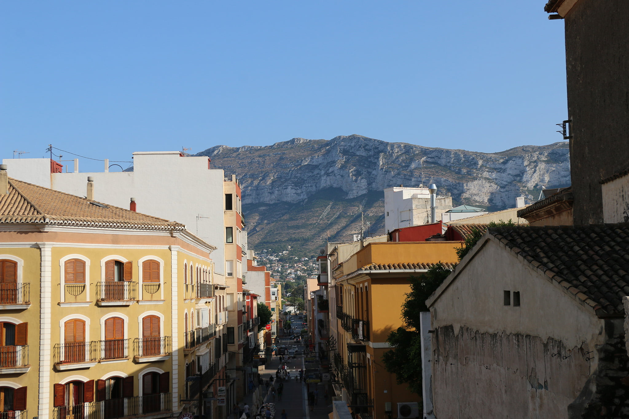 Rue Diana de Dénia avec le Motgó en arrière-plan