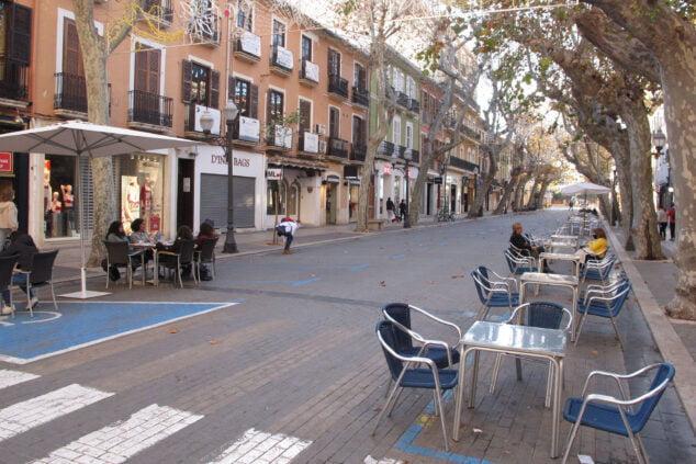 Imagen: Clientes en terrazas de la calle Marqués de Campo