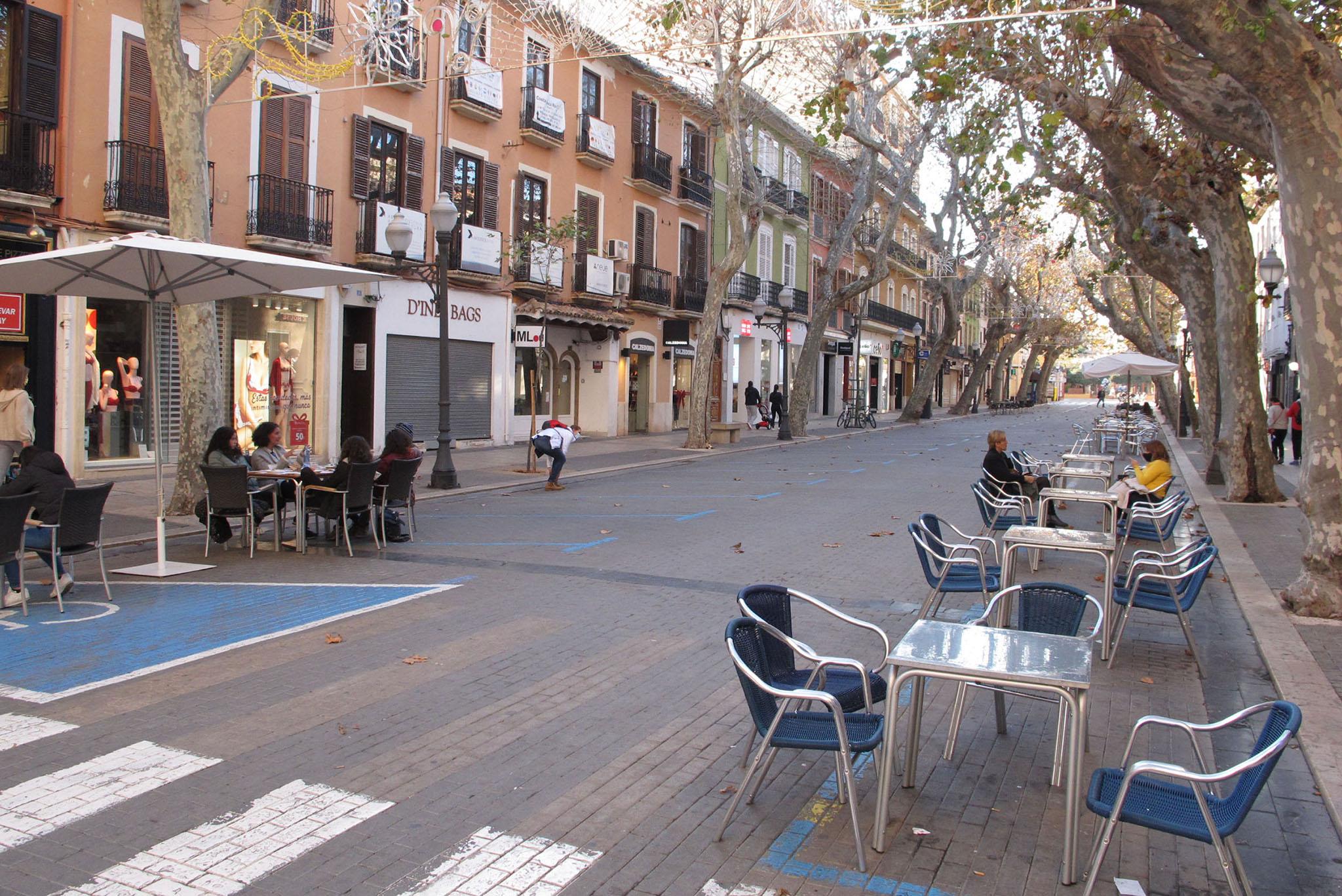 Clients sur les terrasses de la Calle Marqués de Campo