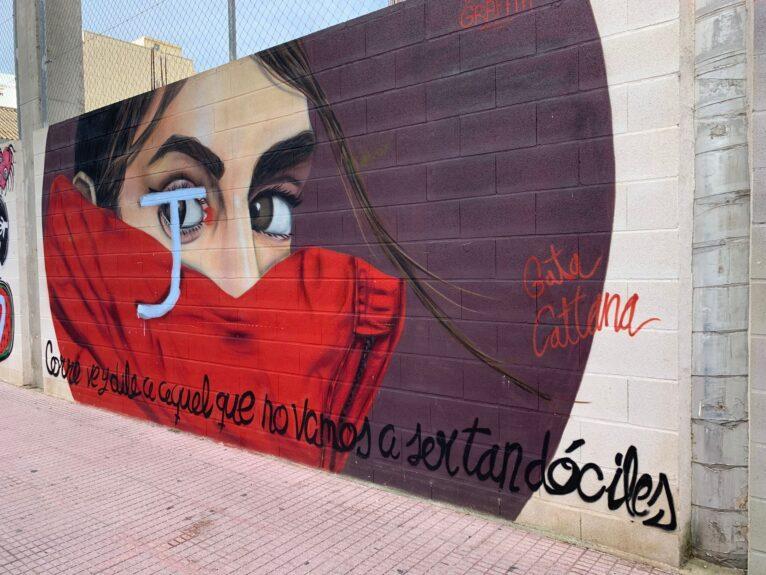 Des personnes non identifiées griffonnent les graffitis de Gata Cattana de Dénia