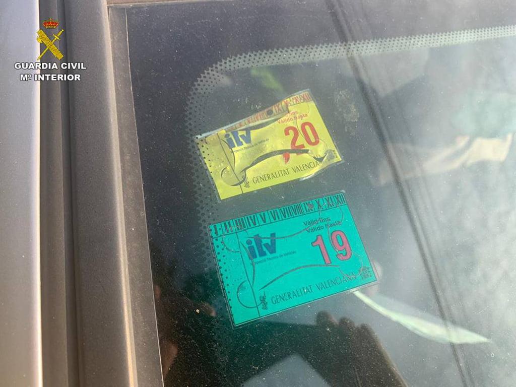 Faux badge ITV sur le véhicule