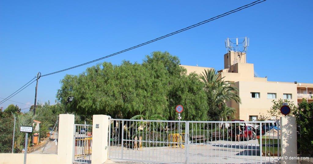 Entrée fermée de la résidence Santa Llúcia de Dénia