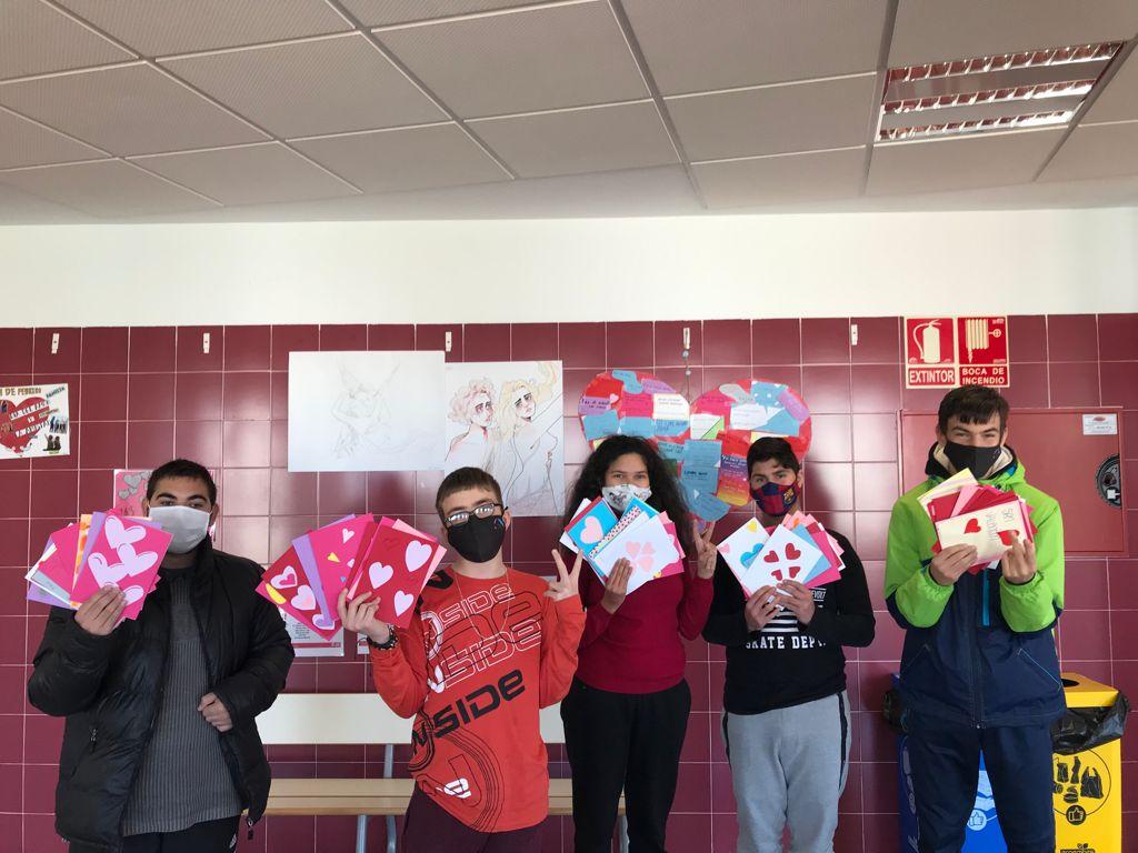 Les étudiants de l'IES Sorts de la Mar partagent des cartes d'affection