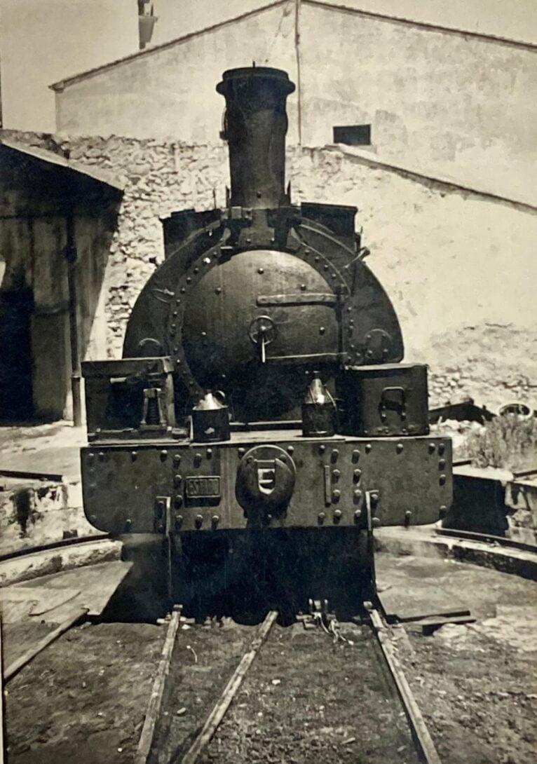 Fotografía de la parte frontal de la locomotora del archivo de Vicent Ferrer y Hermenegildo