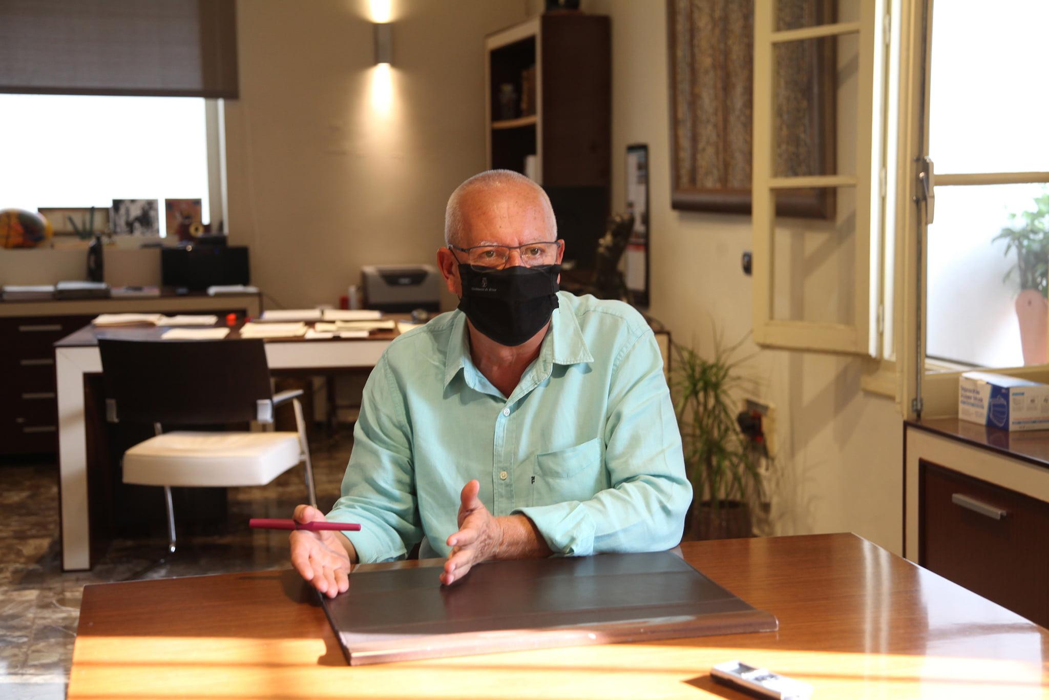Photographie de Vicent Grimalt dans son bureau