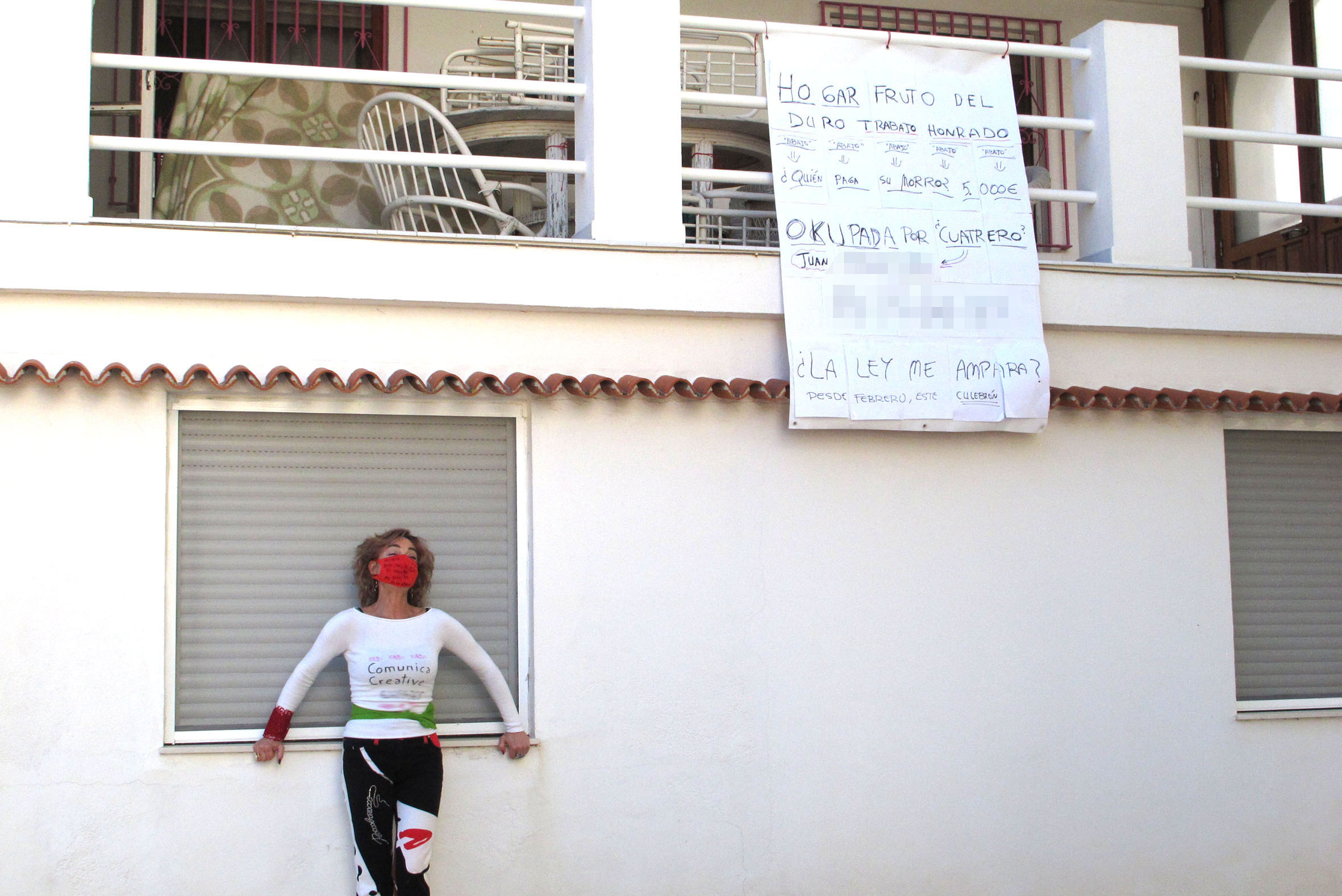 Lali Parra during the performance to expel the squatter