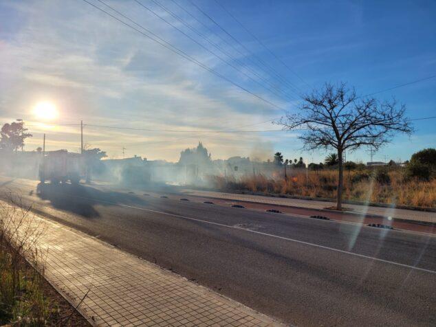Image: Les flammes voyagent à travers un complot grimpant jusqu'à La Pedrera