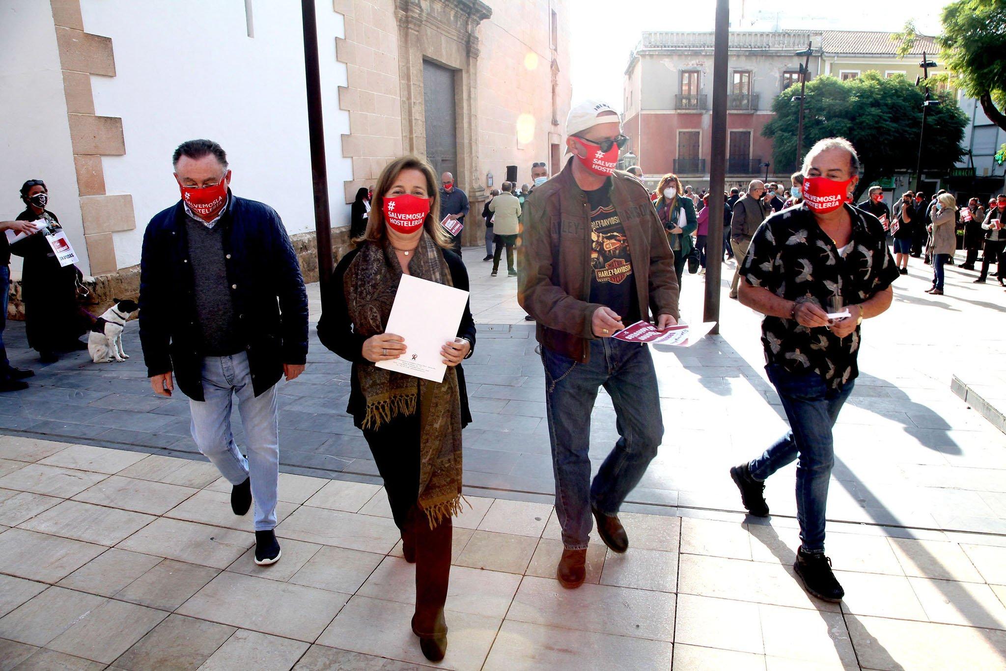Démonstration AEHTMA devant la mairie