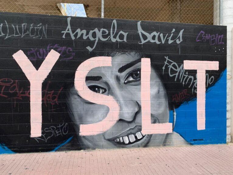 Peinture murale d'Angela Davis à Dénia sale par des vandales