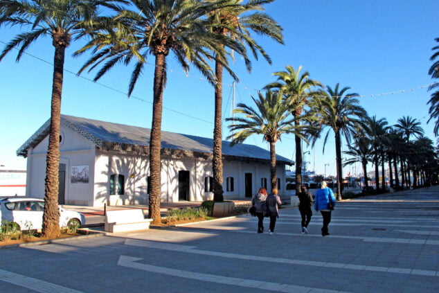 Image: Museu de la Mar à côté de l'esplanade Cervantes et du port de Dénia