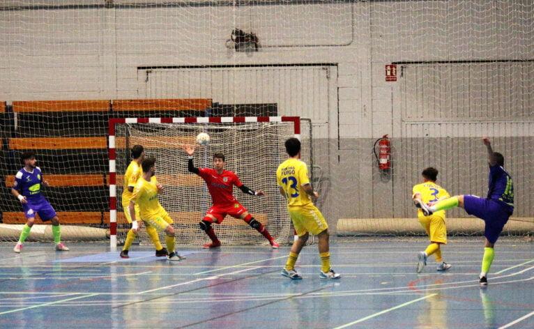 Goalkeeper del Mar Dénia stops a shot from Futsal Lleida