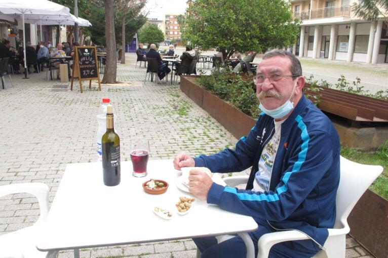 Cliente consumiendo en una terraza de una cafetería