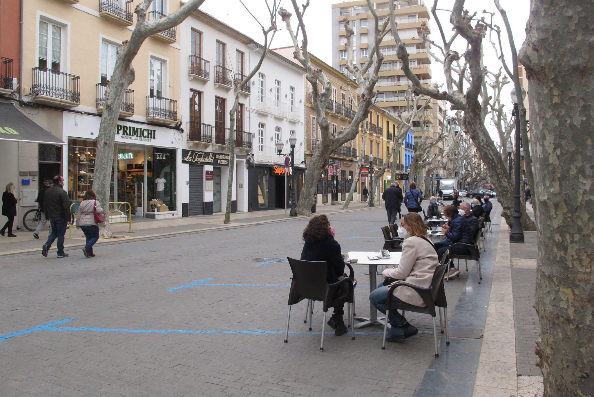 Clientes en una terraza de Marqués de Campo durante la nueva desescalada