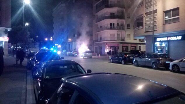 Imagen: El fuego envuelve un vehículo en calle Diana