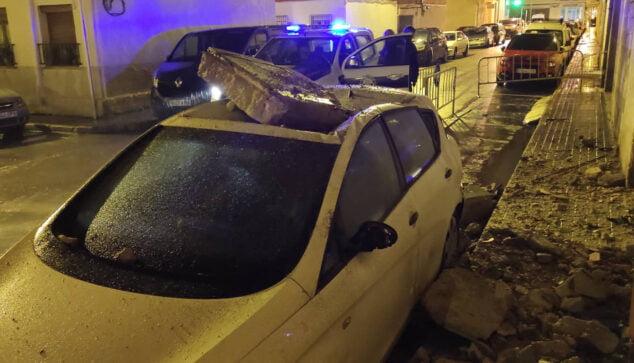 Imagen: Escombros sobre un vehículo estacionado en carrer Elx