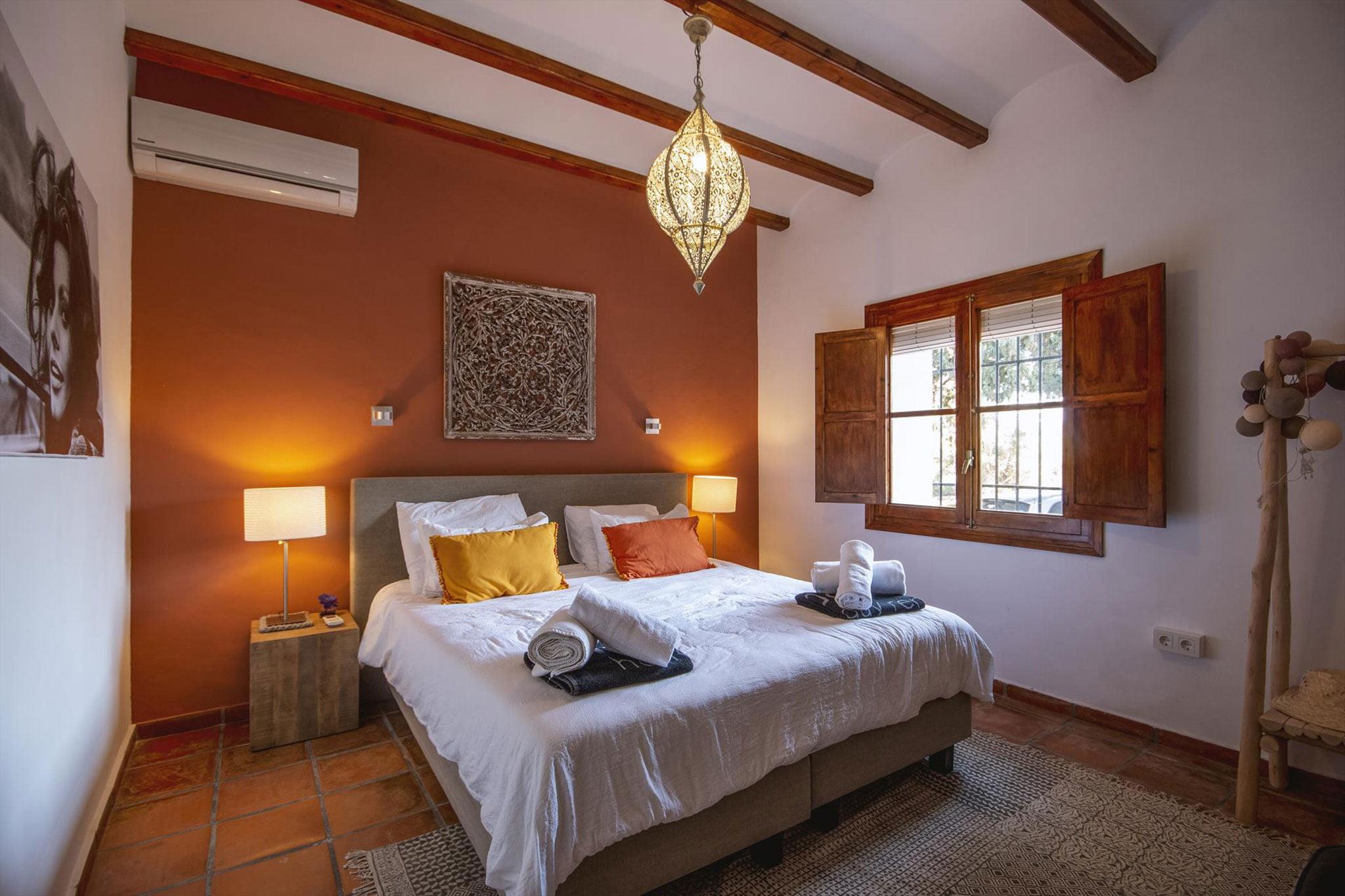 Una de las habitaciones de una villa de vacaciones en Dénia – Aguila Rent a Villa