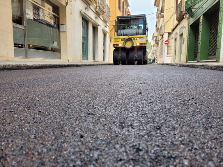 Maquinaria asfaltando la carretera