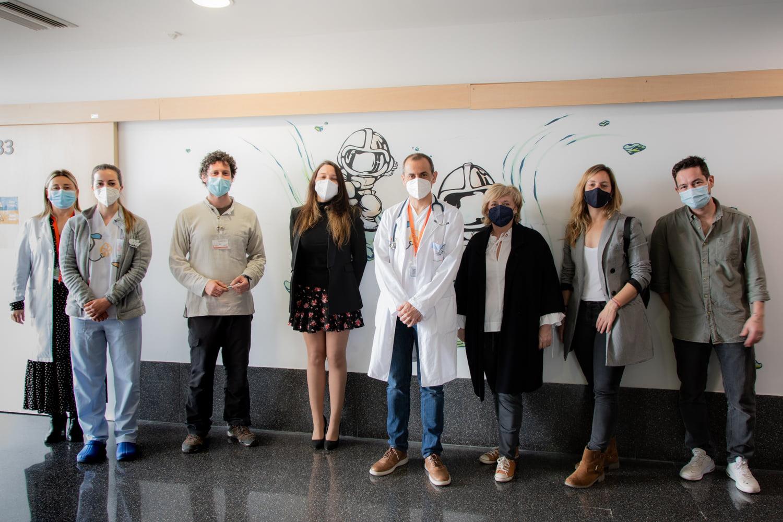 Responsables del Hospital de Dénia y de Portal de la Marina junto con el artista Juanfer Sánchez