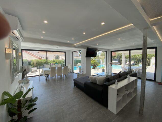 Imagen: Salón de una villa moderna reformada por Lucas Graf Projects