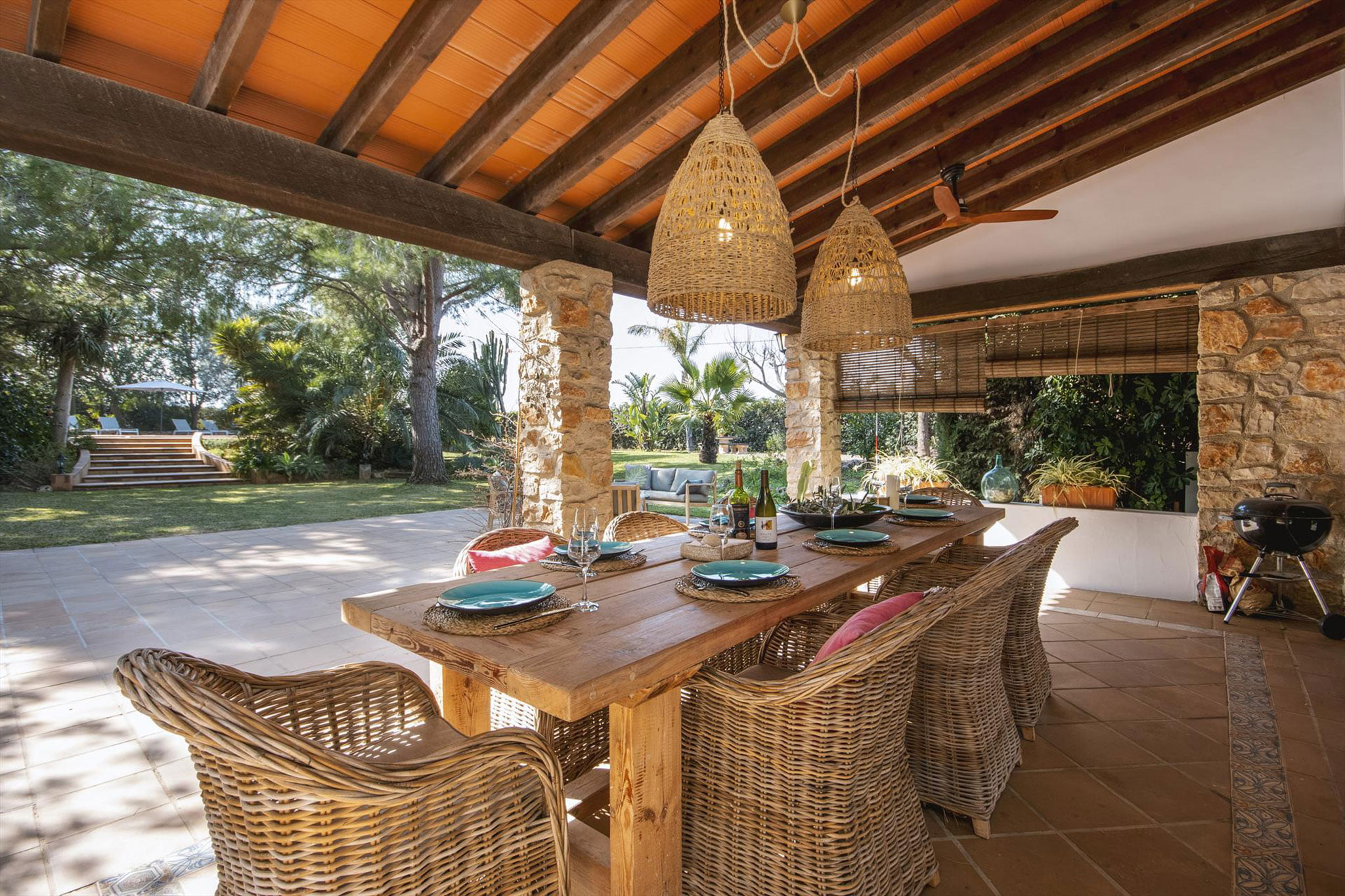 Terraza cubierta en una villa de vacaciones en Dénia – Aguila Rent a Villa