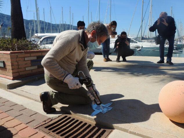 Imagen: Toni Marí colocando la placa