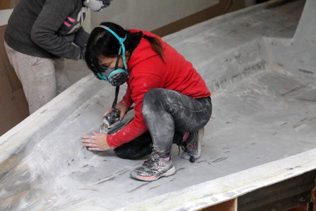 Imagen: Trabajadora realizando labores en uno de los barcos pedidos