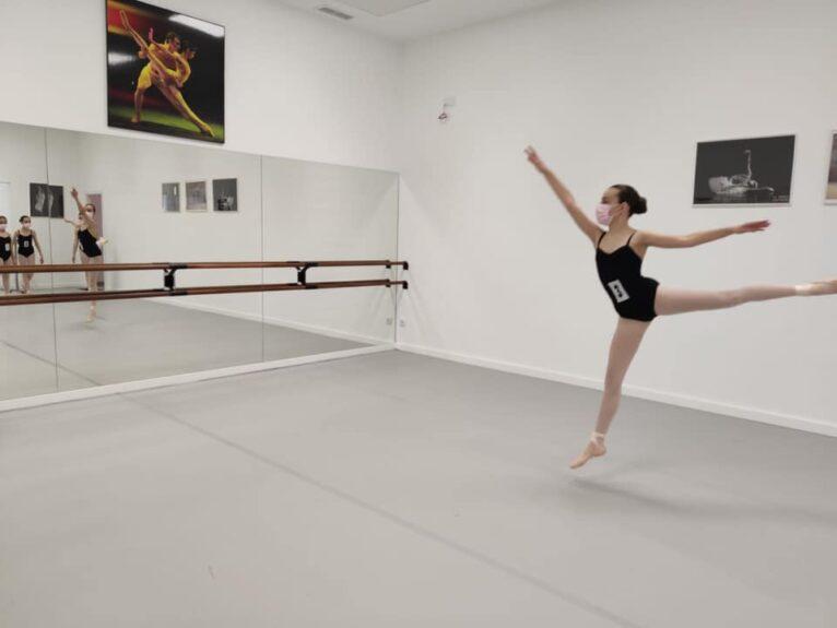 Una alumna de Estudio de Danza Patricia Sentí justo antes de la prueba