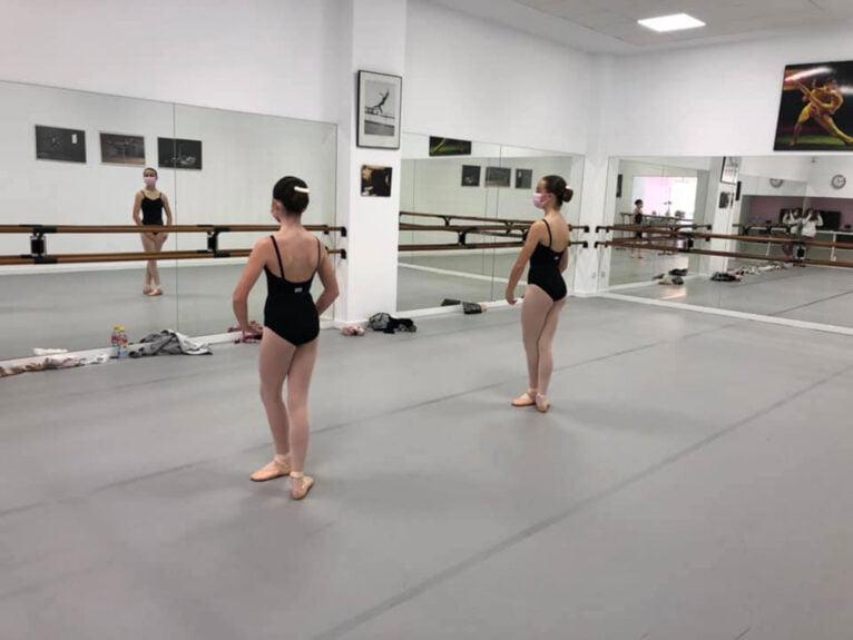 Alumnas de Estudio de Danza Patricia Sentí en momentos previos a su examen