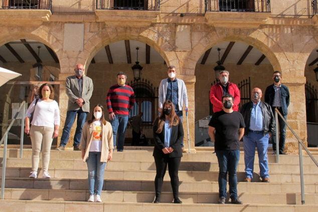 Imagen: Concejales del PSPV y Compromís protestando frente al Ayuntamiento