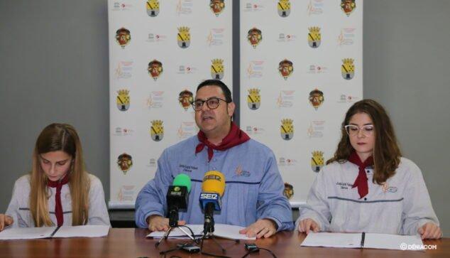 Imagen: El ahora expresidente junto a las Falleras Mayores actuales de Dénia