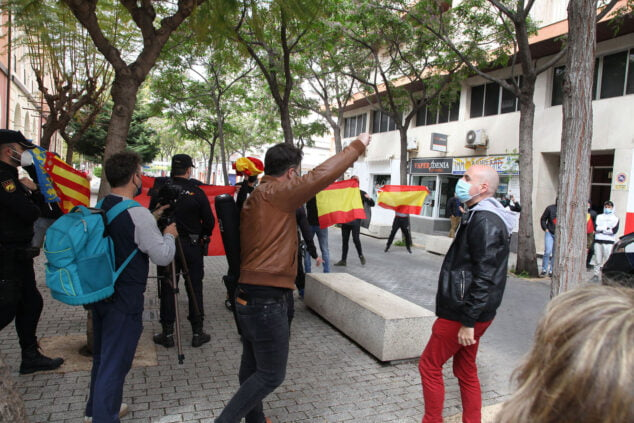 Imagen: El portavoz del partido ERC frente a los ultras dispuestos en la entrada del Centre Social